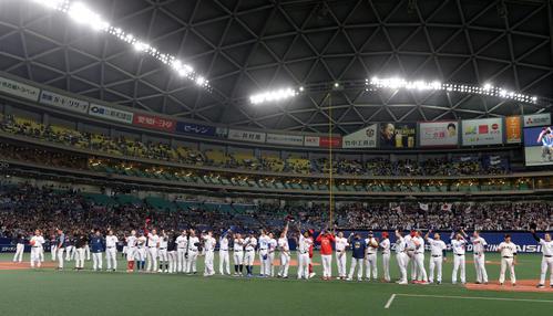 MLB対日本 最終戦を終えファンにあいさつするMLB、侍ジャパンナイン(撮影・前岡正明)