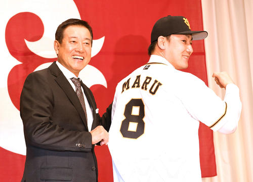巨人入団会見で丸(右)は背番号8のユニホームを着て笑顔を見せる。左は原監督(撮影・山崎安昭)