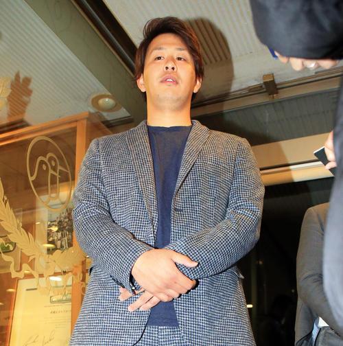 球団納会ゴルフ後、報道陣の質問に答える浅村(撮影・浅見桂子)