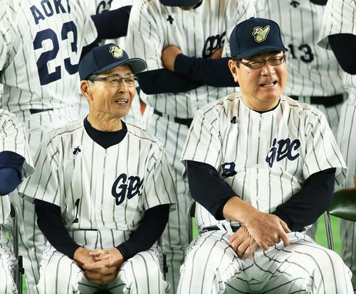 試合前、談笑する王氏(左)と山本氏(撮影・足立雅史)