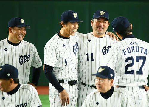 試合前、談笑する、左からロッテ井口監督、秋山氏、野茂氏、古田氏(撮影・足立雅史)