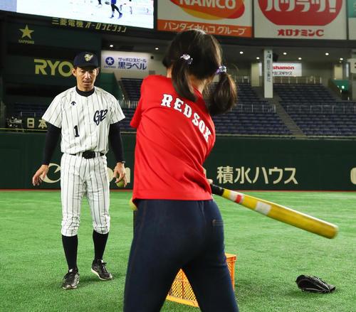 試合前の野球教室で打撃指導をする阪神鳥谷(撮影・足立雅史)