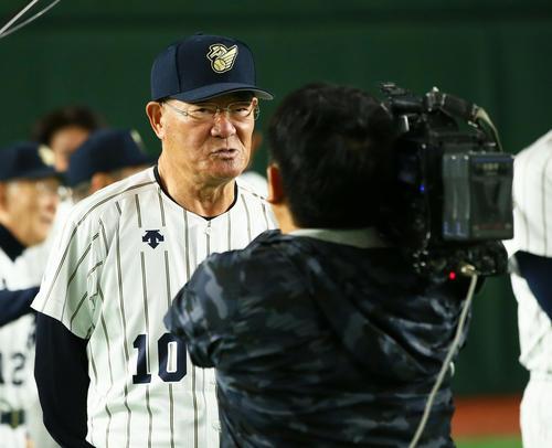 試合前、テレビ取材を受ける張本氏(撮影・足立雅史)