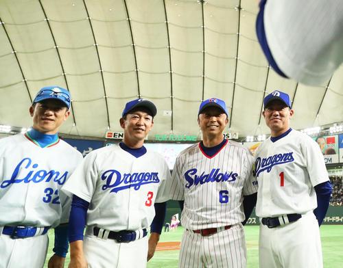 試合前、記念撮影に笑顔を見せる、左から松井氏、立浪氏、ヤクルト宮本ヘッドコーチ、阪神福留(撮影・足立雅史)
