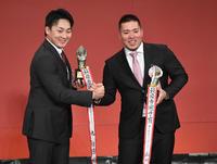 MVPに選ばれた広島丸(左)と西武山川は握手する(撮影・山崎安昭)