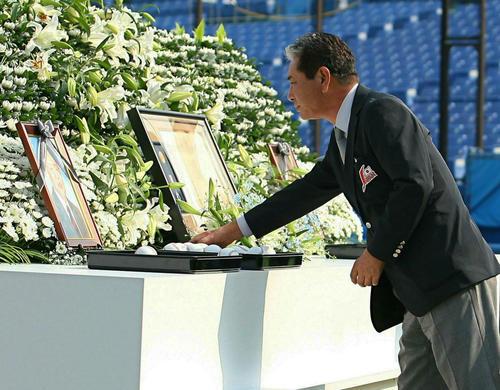 07年11月、故・長船騏郎氏のお別れ会でボールを祭壇に置く日本代表星野仙一監督