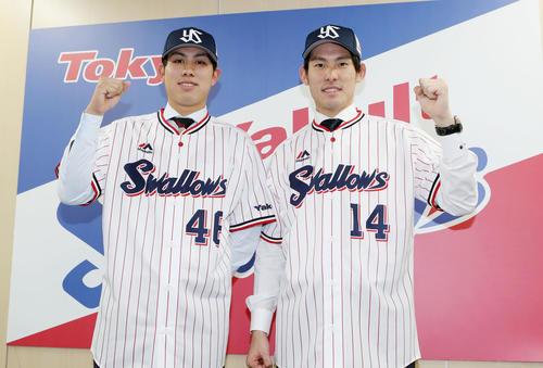 入団会見でユニホームを着て、記念撮影する太田(左)と高梨(撮影・狩俣裕三)