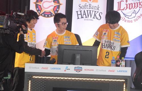 ファイナルステージ進出を決めて喜ぶソフトバンクの選手たち。左からtell、さんらいく、ケーバック(撮影・鈴木正章)