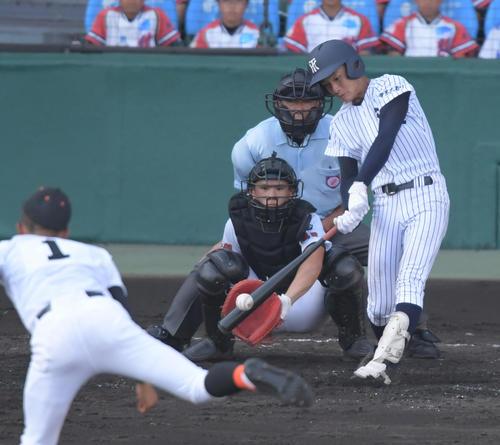 夏の甲子園、益田東戦でバックスクリーンに飛び込む本塁打を放った常葉大菊川・奈良間(8月7日、撮影・清水貴仁)