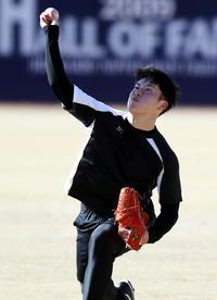 新人合同自主トレで、勢いよくキャッチボールをする吉田輝(撮影・狩俣裕三)