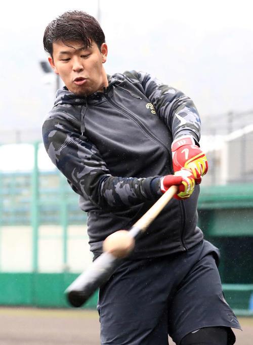 愛媛県内で自主トレを行い打撃練習する楽天浅村(2019年1月12日)