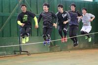 縄跳びを使ったトレーニングで体を動かす、左から銀次、釜田、足立、内田、卓丸