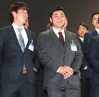 ニッポンハムのイベントでステージ上で笑顔の清宮(右)(撮影・黒川智章)