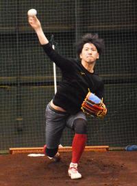 ブルペンで投球練習する楽天小野(撮影・島根純)