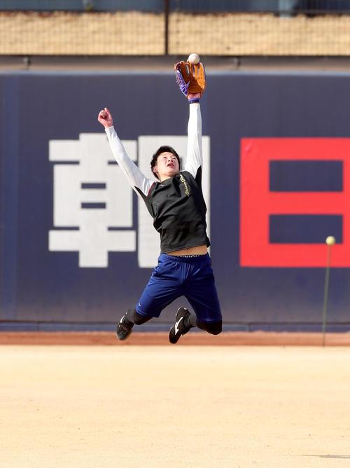 日本ハム柿木とのキャッチボールでボールに飛びつく吉田輝星=鎌ケ谷(撮影・佐藤翔太)