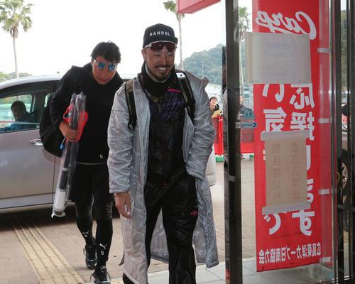 リラックスした雰囲気で球場に入る広島長野久義(後方)と菊池涼介=日南(撮影・梅根麻紀)