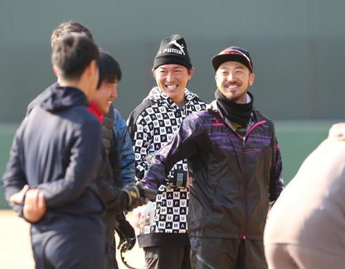 チームメイトと笑顔で話をする広島長野久義、右は菊池涼介=日南(撮影・梅根麻紀)