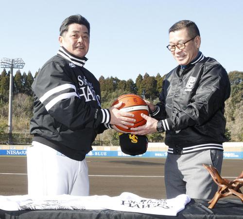 Bリーグの大河正明チェアマン(右)の表敬訪問を受け、バスケットボールを贈呈されるソフトバンク工藤監督(撮影・菊川光一)
