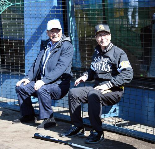 キャンプを訪れた中畑清氏(左)と談笑する王貞治球団会長。よく見るとどこに座ってるんですか? 実は会長が足腰を鍛えるための運動とか?(撮影・今浪浩三)