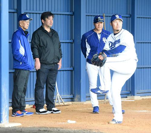 ブルペンで鈴木博の投球練習を見る(左から)杉下臨時コーチ、野茂英雄氏、与田監督(撮影・前岡正明)