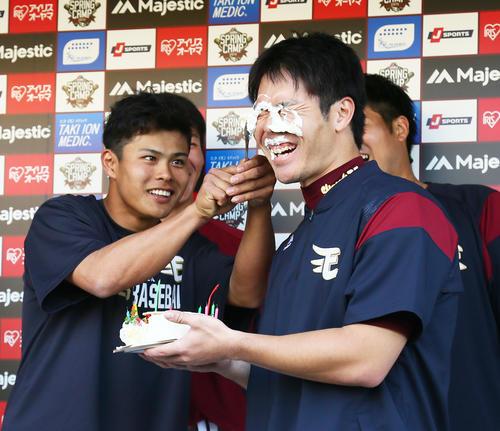 楽天島内(右)は山崎にバースデーケーキのクリームを顔につけられ祝福される(撮影・足立雅史)
