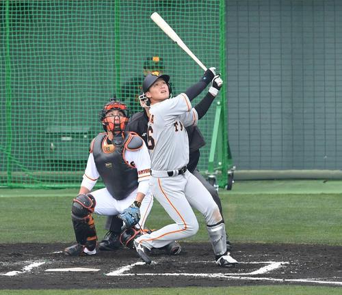 巨人紅白戦 4回表2軍無死二、三塁、石川は左越え3点本塁打を放つ(撮影・山崎安昭)