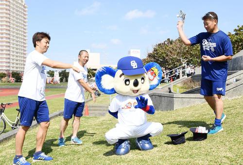 鬼のドアラに向かって節分の豆まきを行う(左から)吉見、谷元、松坂(撮影・前岡正明)