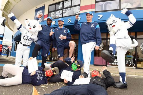 豆まきを行った西武外国人選手たちとマスコット。左からライナ、ヒース、ニール、マーティン、レオ(撮影・たえ見朱実)