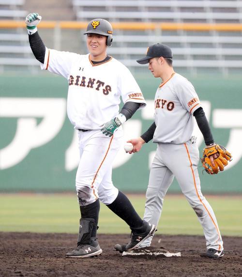 7回裏1軍1死、右中間に二塁打を放ち塁上でガッツポーズの岡本(左)(撮影・垰建太)