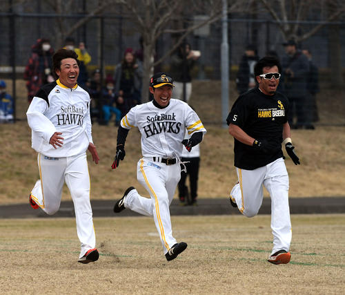 1時間のランニング競争に本多内野守備走塁コーチ(中央)も参加し、内川、松田宣と争う(撮影・今浪浩三)
