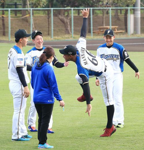 練習前、日本ハム柿木(左端)の投球ものまねをする万波(左から4人目)。同2人目は吉田輝、右端は田宮(撮影・江口和貴)