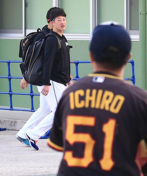 練習前、イチローのユニホームを着たファンからの朝のあいさつを返す日本ハム吉田輝(撮影・江口和貴)