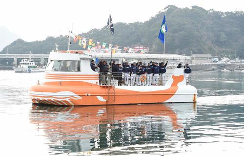 今季の優勝を祈願し、歓迎船上パレードを行った西武(撮影・たえ見朱実)