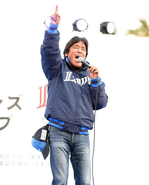 パレードに駆けつけた歌手の松崎しげる(撮影・たえ見朱実)