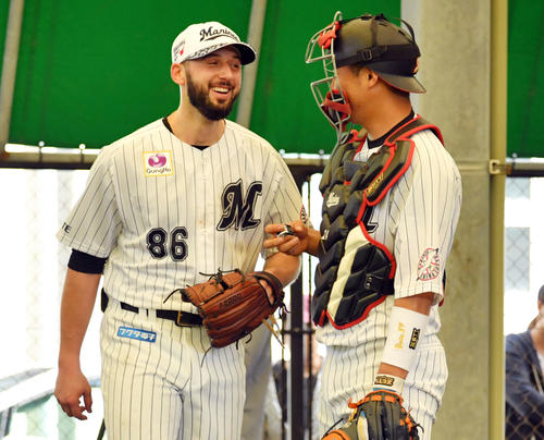 ブルペンでの投球を終え笑顔のロッテのボルシンガー(左)(撮影・滝沢徹郎)