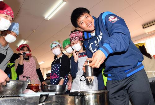 南郷小学校の生徒と地元名産の「魚うどん」作りを体験した西武松本航(撮影・たえ見朱実)