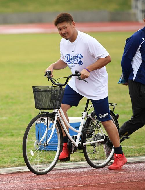 ランニングを終え自転車で引き揚げる松坂(撮影・前岡正明)