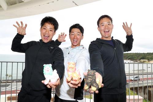 色づけをしたシーサーを手にする左から阪神の木浪、近本、斎藤(撮影・加藤哉)