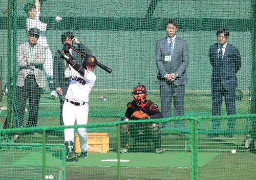巨人丸(左)のフリー打撃を見る新井貴浩氏(右から2人目)と高橋由伸氏(右端)(撮影・林敏行)