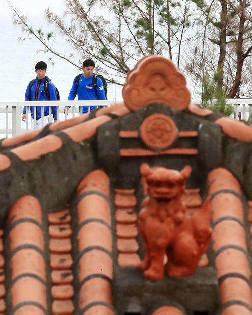 宿舎から歩いて球場へ向かう日本ハム吉田輝(左)と柿木(撮影・江口和貴)