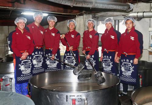 泡盛「久米仙」工場の見学をする楽天新人選手たち。左から小郷、弓削、鈴木、太田、辰己、渡辺佳、則本佳(撮影・足立雅史)