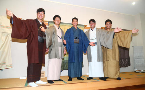 久米島つむぎに袖を通し笑顔を見せる楽天新人選手たち。左から渡辺佳、太田、辰己、小郷、則本佳(撮影・足立雅史)