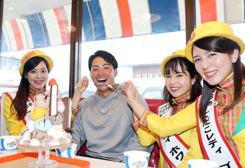 キャンプ休日にアイスクリーム店ブルーシール本店を訪れ、浦添市てだこレディにアイスクリームを食べさせてもらいご満悦のヤクルト吉田(撮影・狩俣裕三)