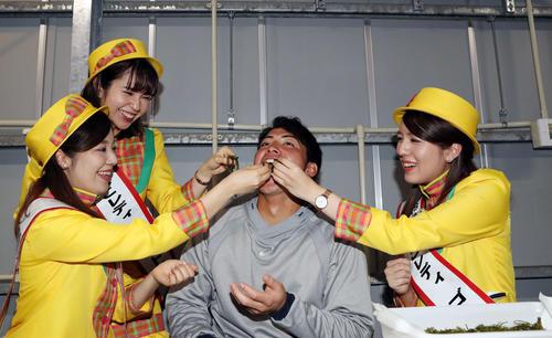 キャンプ休日に漁業組合を訪れ、浦添市てだこレディに海ぶどうを食べさせてもらうヤクルト吉田(中央)(撮影・狩俣裕三)