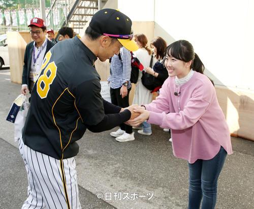 球場に到着した阪神矢野監督(左)と握手する本田望結(撮影・加藤哉)