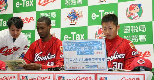 e-Taxを体験する広島一岡竜司(右)とアドゥワ誠(撮影・栗木一考)