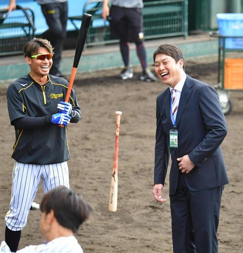 宜野座を訪れた新井貴浩氏(右)が鳥谷と話す(撮影・清水貴仁)