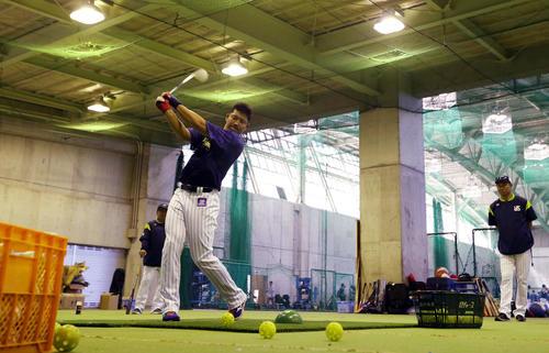 ヤクルト宮出コーチ(右)の指導でゴルフクラブを使った打撃練習をする村上宗隆(撮影・狩俣裕三)