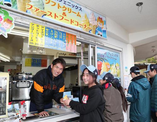 「道の駅フェニックス」で一日駅長を務め、ソフトクリームを作って子どもたちに手渡す巨人高橋(撮影・林敏行)