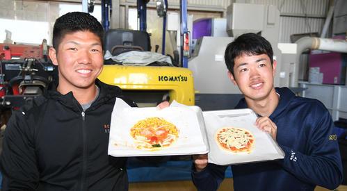 ピザ作りに挑戦したオリックス頓宮裕真(左)と太田椋は自作品を披露する(撮影・渦原淳)